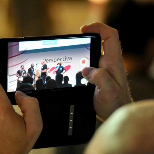 Aliud Pharma: Blick auf das Handy eines Gastes der die Bühne fotografiert.