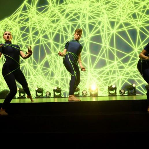 Baader 100 Jahre: Auf der Bühne sind sechs Tänzer in aktion.