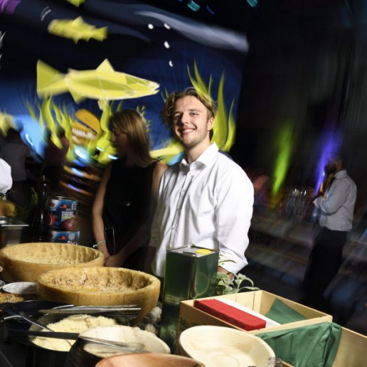 Baader 100 Jahre: Auf dem Buffet liegen Käselaibe in denen man seine Nudeln wälzen kann