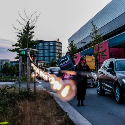 Billy Boy Autokino: DAs Promotionteam läuft mit Sackkarre und Schild neben den Autos her.