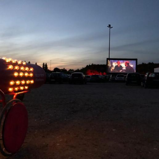 Billy Boy Autokino: Links steht die beleuchtete Sackkarre, vorne stehe die ganzen Autos im Autokino bei Dunkelheit.