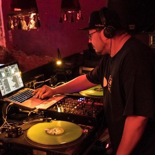 Daimler AG Leadership Nights: Ein DJ hinter seinen Plattentellern und seinem Laptop bei der Arbeit.