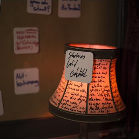 Daimler AG Leadership NIghts: Eine alte Lampe, der Lampenschirm ist beschriftet worden.