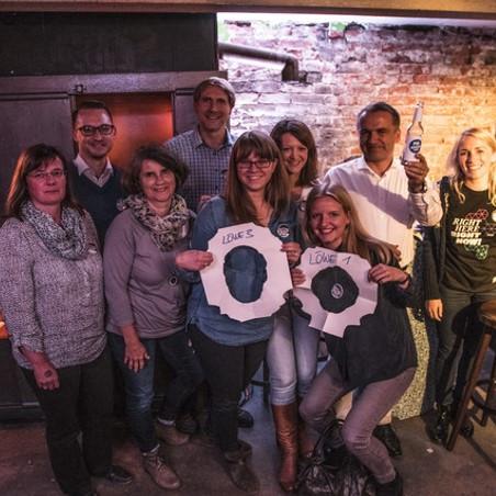 Daimler AG Leadership Nights: Gruppenbild der Gäste in der Kneipe.