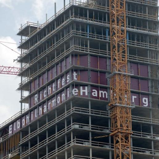 Elbphilharmonie Plaza: Aussenansicht der Elbphilharmonie,noch ohne Fenster, in einigen stehen Große Buchstaben, die das Wort Richtfest ergeben.