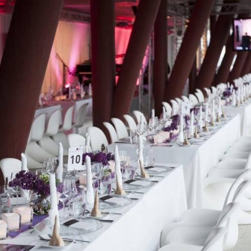 Elbphilharmonie Plaza: Eingedeckte Tischtafeln im Rohbau der Elbphilharmonie.
