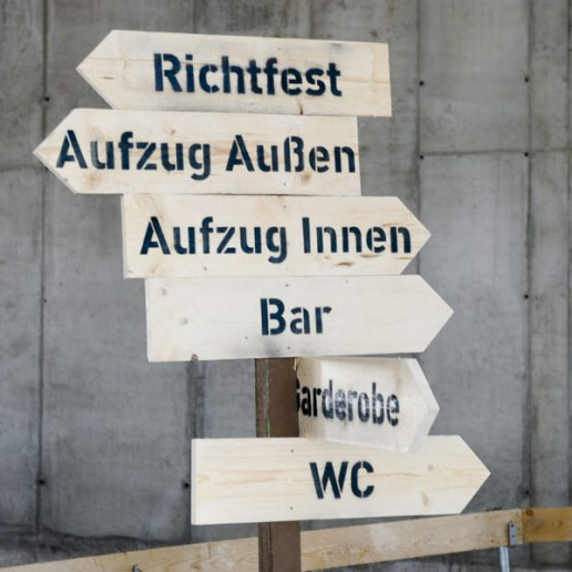 Elbphilharmonie Plaza: Wegweiser aus Holz der in alle Richtungen zeigt.