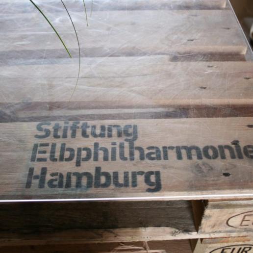 Elbphilharmonie Plaza: Stehtisch aus Europalletten mit Branding.