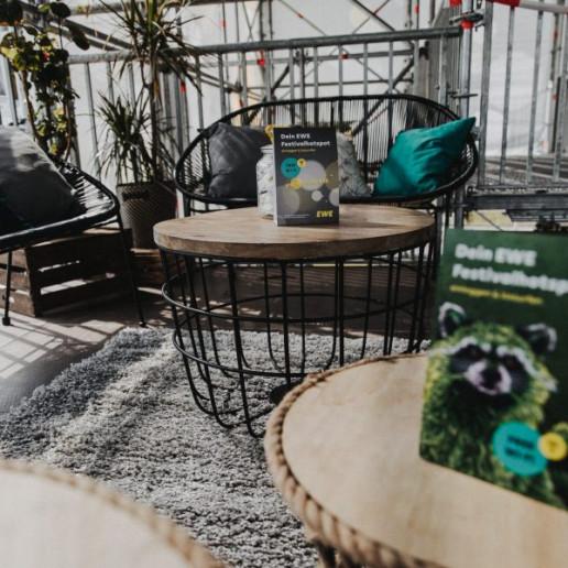 Hurricane-Festival: Tische und Stühle auf grauen Teppich.