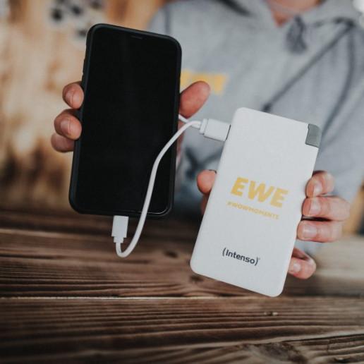 Hurricane-Festival: Promoter hält IPhone angeschlossen an Powerbank in den Händen.