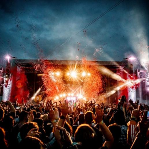 Tante Mia Tanzt: Feiernde Menschenmassen vor der Hauptbühne bei Nacht