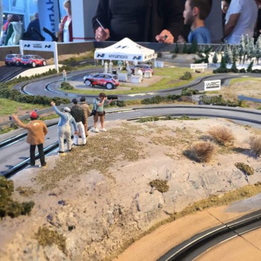 Innocean Hyundai WRC Rally: Blick über die Carrerabahn auf der die Hyundai Zelte nachgebaut sind.