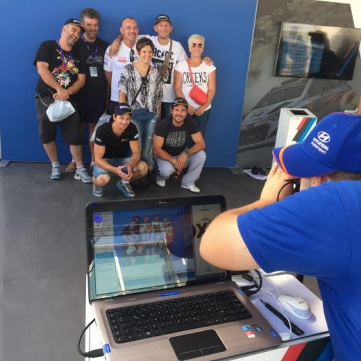 Innocean Hyundai WRC Rally: Fotograf beim erstellen von Gruppenfotos der Gäste.