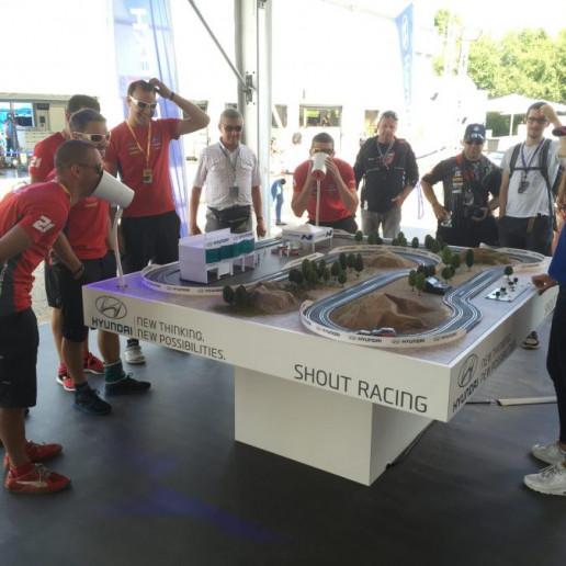 Innocean Hyundai WRC Rally: Carrerabahn die man mit der Lautstärke der Stimme steuern kann. Ein paar Gäste schreien um die Wette.