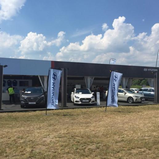 Innocean Hyundai WRC Rally: Aussenansicht der Hyundai Promotionstands mit vielen Autos drum rum.
