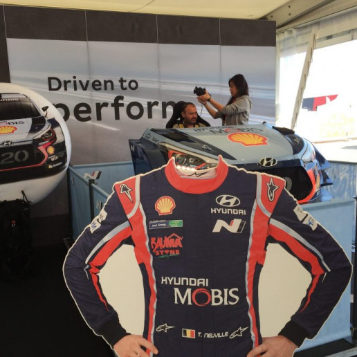 Innocean Hyundai WRC Rally: Eine Pappfigur im Rennoutfit ohne Kopf. Hier kann man seinen eigenen Kopf über die Pappfigur halten.