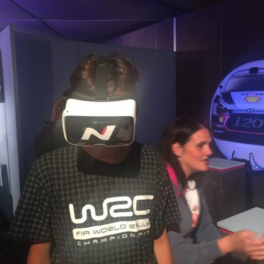 Innocean Hyundai WRC Rally: Ein Gast des Promotionstands trägt eine virtuell reality Brille.