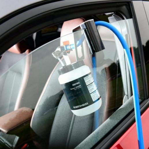 Mazda MX30 Presse Launch: Blick durch die Fensterscheibe der Fahrerseite in innere des Mazda MX30