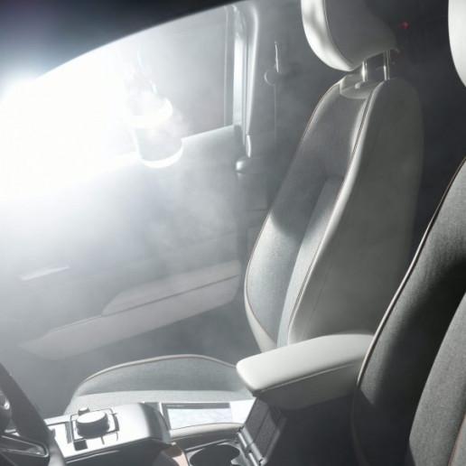 Mazda MX30 Presse Launch: Blick in das innere des Mazda MX30 durch die geöffnete Fahrertür.