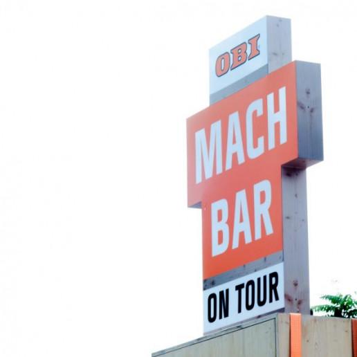 OBI MachBar Roadshow: Ein OBI MachBar Schild, geformt wie ein Kreuz.