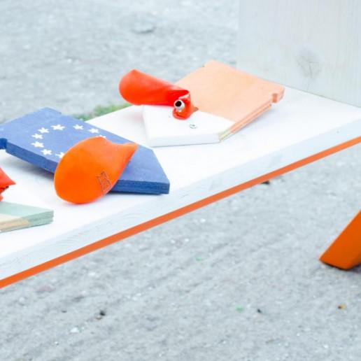 OBI MachBar Roadshow: Auf einer Holzbank liegen selbstgebaute Wegweiserpfeile aus Holz