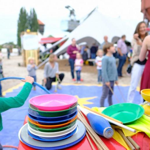 OLB 150 Jahre Festival: Bei ener Mitmachaktion für Kinder stehen gaz viele Plastikteller übereinander gestapelt. Mit diesen Tellern kann man auf einem Stock jonglieren.