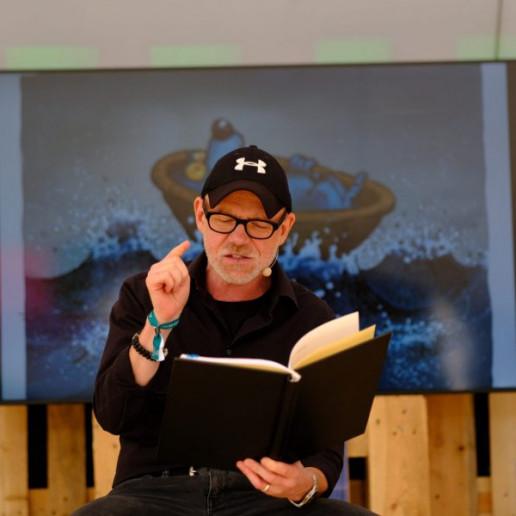 OLB 150 Jahre Festival: Ein Mann liest Geschichten für Kinder