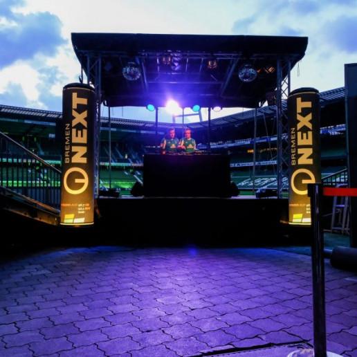 Werder Opening Weekend: Zwei DJ´s auf der Bühne im leeren wohninvest Weserstadion