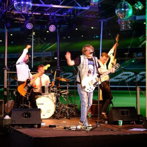 Werder Opening Weekend: Grillmaster Flash mit Band auf der Bühne im wohninvest Weserstadion.
