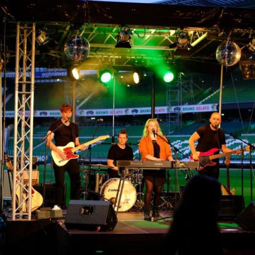 Werder Opening Weekend: Lenna und Band auf der Bühne im wohninvest Weserstadion.