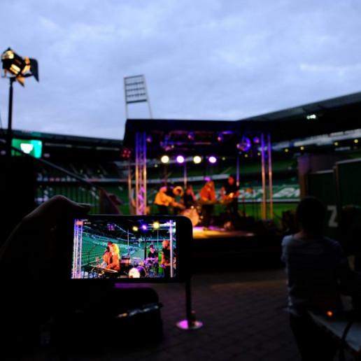 Werder Opening Weekend: Blick auf das Livebild eines Handys auf dem Lenna und Band zu sehen sind.