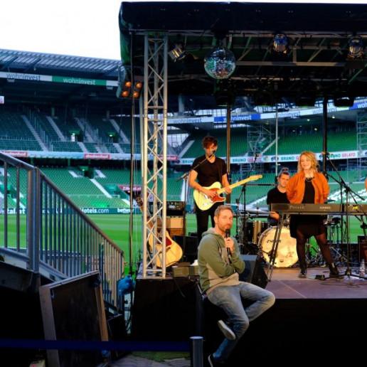 Werder Opening Weekend: Daniel Boschmann moderiert Lenna und Band an, die auf der Bühne stehen.
